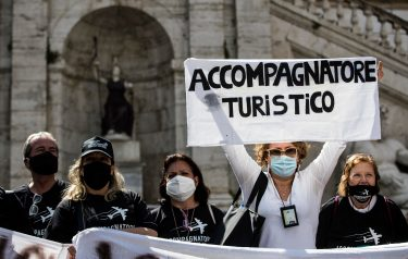 Tourist guides demonstrate at the Piazza del Campidoglio during the third phase of the Coronavirus Covid-19 pandemic emergency in Rome, Italy, 15 June 2020. ANSA/ANGELO CARCONI