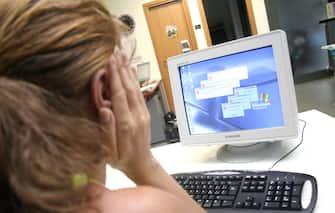 NELLA FOTO DONNA AL LAVORO AL COMPUTER IN UFFICIO PH DILETTO ( DONNE AL LAVORO donna al lavoro in ufficio -PC COMPUTER)