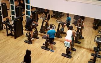 Alcune persone si allenano dopo la riapertura di palestre e piscine, Brescia 1 giugno 2020. ANSA/SIMONE VENEZIA