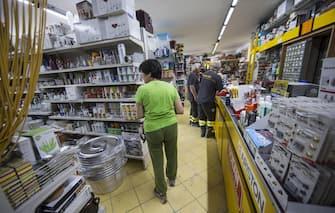 La ferramenta dove i vigili del fuoco e la protezione civile vanno a rifornirsi ad Amatrice (Rieti), 31 agosto 2016. ANSA/MASSIMO PERCOSSI