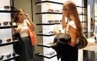 Vougue Fashion night out organizzata questa sera gioved? 9 settembre per i negozi  del centro di Milano. Nella foto una ragazza prova un paio di occhiali nel negozio di Giorgio Armani in Via Montenapoleone-ANSA/MILO SCIAKY