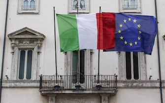 Bandiera Italiana e Unione Europea issate dal Palazzo Chigi, Roma 15 Novembre 2019. ANSA/GIUSEPPE LAMI
