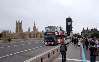 epa08629269 A tourist bus on Westminster Bridge in Central London, Britain, 27 August 2020. It has been reported that the British tourism industry could lose £22 billion following a drop in visitors after the Covid-19 pandemic.  EPA/WILL OLIVER