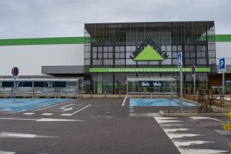 Non-essential shops, shopping centers are closed in the Buchelay commercial area in Yvelines department and throughout the national territory for an indefinite period, following the announcement by Prime Minister Edouard Philippe on March 14, 2020, to combat the covid-19 coronavirus pandemic and prevent its spread. Buchelay, FRANCE - 03/16/2020//04HARSIN_CENTRESCOMMERCIAUXFERMESCORONAVIRUS005/2003161717/Credit:ISA HARSIN/SIPA/2003161724 (BUCHELAY - 2020-03-16, ISA HARSIN/SIPA / IPA) p.s. la foto e' utilizzabile nel rispetto del contesto in cui e' stata scattata, e senza intento diffamatorio del decoro delle persone rappresentate
