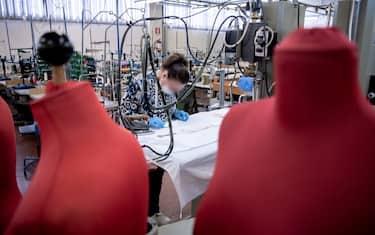 Foto Marco Alpozzi/LaPresse  17 Marzo 2020, Alba (CN), Italia  Cronaca Gli stabilimenti della Miroglio Group ad Alba dove si confezionano a mano le mascherine con il tessuto prodotto a Govone  Nella foto:  Donne al lavoro nell\'Atelier Miroglio di Alba per produrre le maschere   Photo Marco Alpozzi/LaPresse  March 17, 2020 Alba (CN) - Italy News  The Miroglio Group factories in Alba where the masks are made by hand with the fabric produced in Govone In the picture: Women working in the Miroglio Atelier in Alba to produce the masks