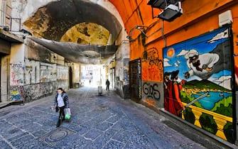 Serrande abbassate per il Coronavirus a Port' Alba a Napoli , la strada del centro storico famosa per le librerie, 25 aprile 2020 ANSA /