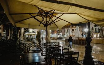 Alle ore 18 anche a Verona è scattata la chiusura di tutti i locali che somministrano cibo, come da ultimo DPCM. Nella foto tavoli vuoti dei locali chiusi in piazza Erbe, cuore della movida della città. Verona, 26 ottobre 2020ANSA/CLAUDIO MARTINELLI