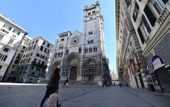 I carruggi genovesi deserti, solo poche persone sono uscite di casa per fare la spesa nel centro storico di Genova, 19 Marzo 2020. ANSA/LUCA ZENNARO