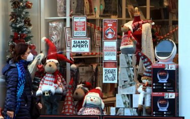 Daily life and Christmas shopping during the second wave of the Covid-19 Coronavirus pandemic? in Milan, Italy, 21 November 2020. ANSA/PAOLO SALMOIRAGO