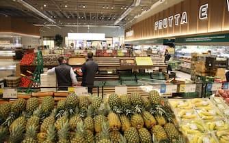 I banchi di frutta e verdura in occasione della presentazione del nuovo negozio Esselunga di via Triumplina a Brescia, 26 novembre 2019. ANSA/SIMONE VENEZIA