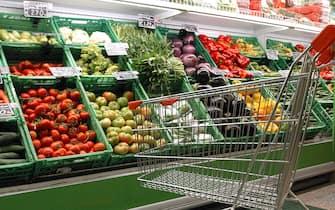 Un'immagine d'archivio di un carrello della spesa in un supermercato della capitale. MARIO DE RENZIS/ANSA/TO