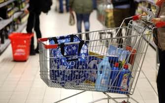 Una persona fa la spesa al supermercato, Bologna, 12 novembre 2014. ANSA/GIORGIO BENVENUTI