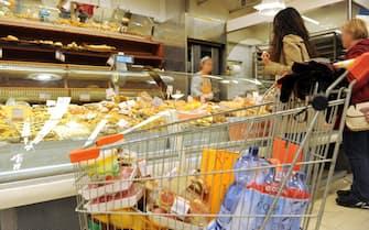 Una donna fa la spesa in un supermercato, Lucca, 30 aprile 2012. ANSA/FRANCO SILVI