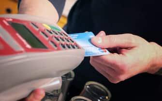 nella foto il pagamento con sistema Pos anche di piccole somme (bergamo - 2015-12-02, Francesco Moro) p.s. la foto e' utilizzabile nel rispetto del contesto in cui e' stata scattata, e senza intento diffamatorio del decoro delle persone rappresentate
