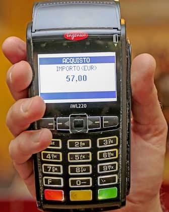 Milano - Sempre piu' diffusi i pagamenti con pos e bancomat o carta di credito - Tracciabilita' - possibilita' di pagare il caffe da 1 euro con carta di credito ( - 2019-10-15, Rich / IPA) p.s. la foto e' utilizzabile nel rispetto del contesto in cui e' stata scattata, e senza intento diffamatorio del decoro delle persone rappresentate