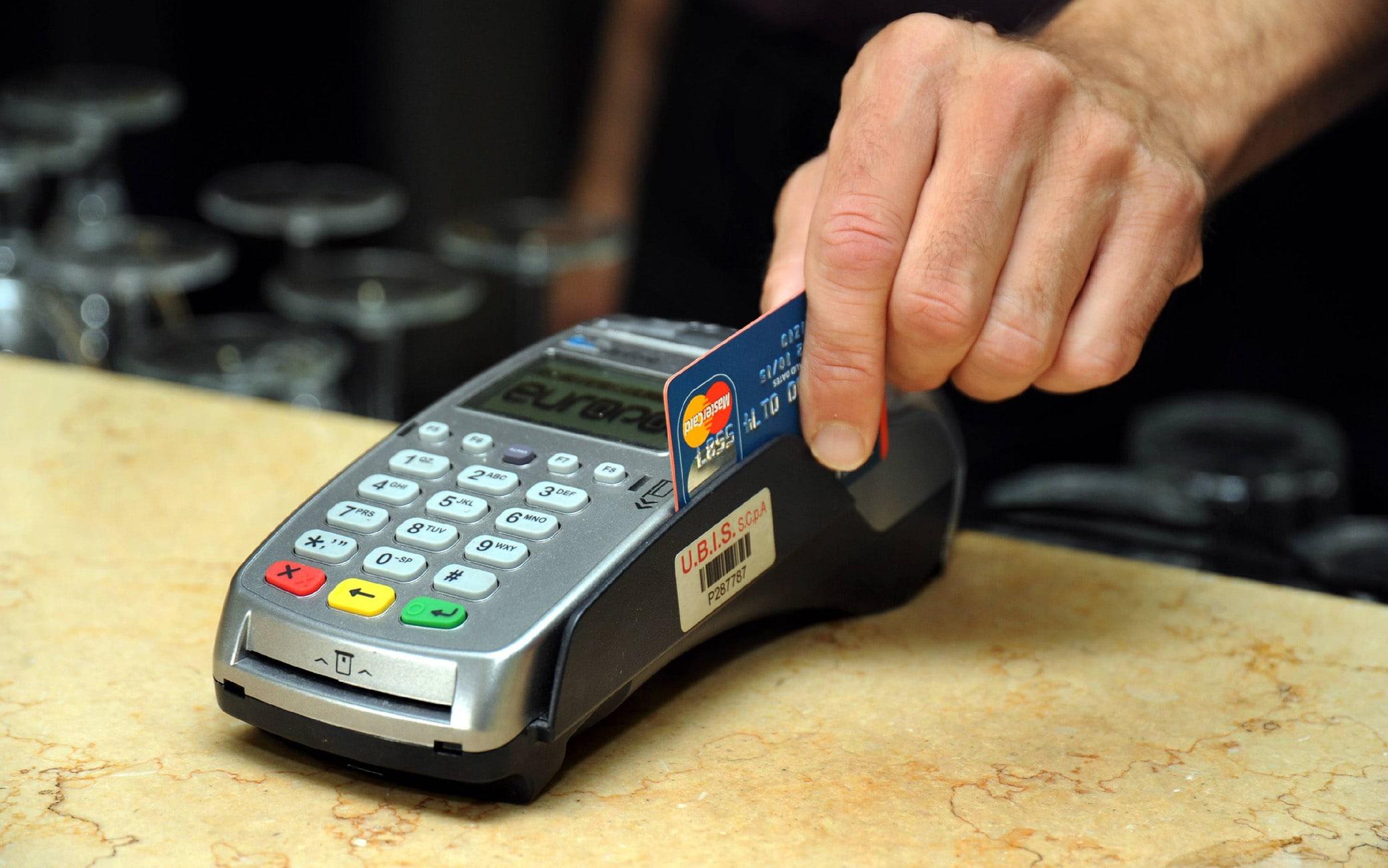 In Italia nel 2020 un pagamento su tre è stato con carte o app