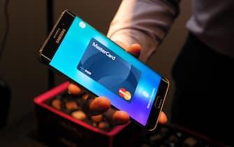 The payment system Samsung Pay is demonstrated on a smartphone produced by the South Korean manufacturer, in London, UK, 29 July 2015. PHOTO: TERESA DAPP/DPA (London - 2015-08-13, Teresa Dapp / IPA) p.s. la foto e' utilizzabile nel rispetto del contesto in cui e' stata scattata, e senza intento diffamatorio del decoro delle persone rappresentate