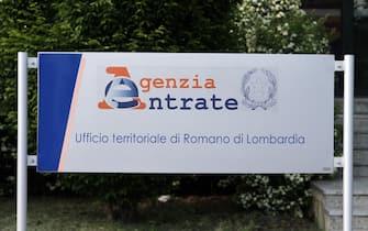 Presso la sede dell'Agenzia delle entrate di Romano di Lombardia (BG), poco prima delle 16 del 3 maggio 2012, un cinquantenne, armato di un fucile, ha preso in ostaggio quindici persone, minacciando di uccidersi. Nella foto la sede dell'agenzia delle entrate il giorno dopo, 4 maggio 2012.  ANSA/PAOLO MAGNI/