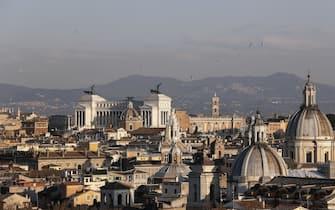 Panoramica del centro storico di Roma, Colosseo, Altare della Patria e Campidoglio, Roma, 21 marzo 2019. ANSA/RICCARDO ANTIMIANI
