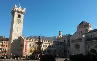 Una veduta di piazza Duomo, con la Torre civica e la fontana del Nettuno, nel centro di Trento, in una immagine di repertorio. ANSA/CLAUDIA TOMATIS