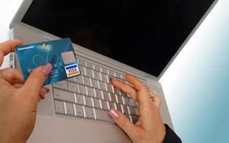 ©Ewing/Lapresse12-10-2004stock carta di credito e pc
