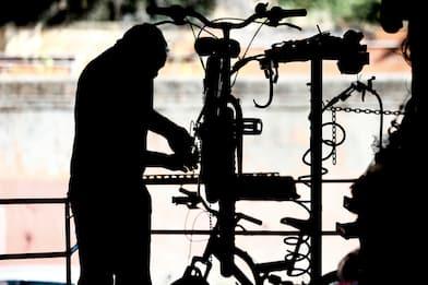 Napoli, bici elettriche modificate: multe per 93mila euro