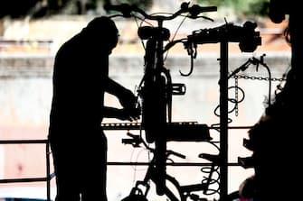 Foto Cecilia Fabiano/ LaPresse  07 Settembre 2020 Roma (Italia) Cronaca :  Bonus Bici: da novembre il ministero dell'ambiente rimborsa una parte della spesa per l'acquisto di una bicicletta  Nella Foto:  gli storici negozi di bici di Porta Portese  Photo Cecilia Fabiano/LaPresse September 07 , 2020  Roma (Italy)  News: Bike Bonus: from November the Ministry of the Environment give an economic help for buy a new bicycle In the pic : ancient bike shop in Porta Portese
