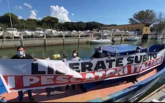 Pescherecci sequestrati: iniziative dimostrative di Lega ed Ugl sul Faro di Fiumicino e su un peschereccio di Ostia per la liberazione dei pescatori sequestrati a Bengasi