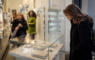 Gente in Galleria Vittorio Emanuele vetrine e negozi