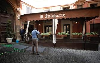 L'esterno del ristorante 'Il Falchetto' che rimarrà chiuso anche dopo la riapertura prevista il 18, durante l'emergenza Covid-19, Roma 17 maggio 2020. ANSA/MASSIMO PERCOSSI