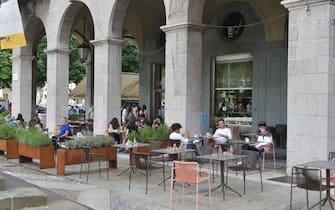 gente al ristorante seduta all'esterno nei dehors concessi in massa a Bergamo e ora prorogati Balzer sentierone Bergamo 9 Ottobre  2020 Tiziano Manzoni