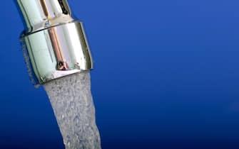 Acqua del rubinetto e acqua in bottiglia, ormai è guerra all'ultima goccia - I fautori del rubinetto sono capitanati dalla Coop, che in nome dell'ambiente è pronta a vendere ai suoi consumatori una sua caraffa filtrante a uso domestico - dalla parte avversa c'è Mineracqua, la federazione italiana dei produttori di acque minerali - Tra le due fazioni è battaglia all'ultima goccia, a colpi di spot (Bonn - 2010-10-12, Felix Heyder / IPA) p.s. la foto e' utilizzabile nel rispetto del contesto in cui e' stata scattata, e senza intento diffamatorio del decoro delle persone rappresentate