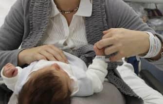 Una mamma mentre gioca con un bambino piccolo