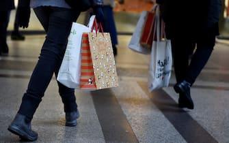 Controlli delle forze dell'ordine, folla e code davanti ai negozi per lo shopping natalizio per le vi del centro, Torino, 19 dicembre 2020 ANSA/ALESSANDRO DI MARCO