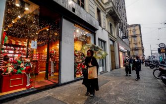 Shopping through the streets of Milan's downtown in the last hours before the restrictions planned for the holiday season, during Covid-19 pandemic, Italy, 23 December 2020.   ANSA/Mourad Balti Touati