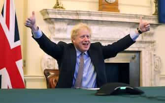 """""""Deal is done"""", l'accordo è fatto. Così Boris Johnson conferma l'intesa raggiunta con l'Ue sul dopo Brexit sul suo account Twitter, mostrandosi in una foto con i pollici all'insù. TWITTER BORIS JOHNSON +++ ATTENZIONE LA FOTO NON PUO' ESSERE PUBBLICATA O RIPRODOTTA SENZA L'AUTORIZZAZIONE DELLA FONTE DI ORIGINE CUI SI RINVIA +++ ++ HO - NO SALES, EDITORIAL USE ONLY ++"""