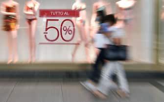 Preparazione delle vetrine dei negozi del centro in occasione dell'apertura dei saldi estivi, Torino, 24 luglio 2020 ANSA/ ALESSANDRO DI MARCO