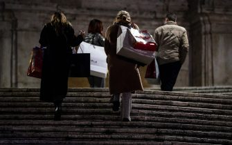 People strolling in the city center for Christmas shopping during the Coronavirus Covid-19 pandemic emergency in Rome, Italy, 22 December 2020. ANSA/ANGELO CARCONI