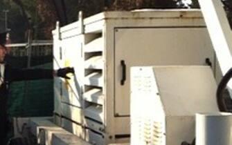 Un carabiniere osserva il gruppo elettrogeno rubato il 24 gennaio scorso a Roma, poi recuperato e restituito dagli uomini dell'Arma al Coni a Roma, oggi  8 febbraio 2012. Per il furto del generatore,  che alimentava la torre-faro preposta all'illuminazione del settore 'curva nord' dello stadio Olimpico,  sono state denunciate due persone. ANSA/UFFICIO STAMPA CARABINIERI DI ROMA