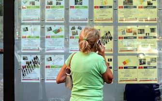 Milano - Affittasi e vendesi - agenzia immobiliare - mercato immobiliare - cartelli di vendita e affitto case ( - 2016-11-23, Rich / IPA) p.s. la foto e' utilizzabile nel rispetto del contesto in cui e' stata scattata, e senza intento diffamatorio del decoro delle persone rappresentate