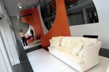 Un divano in esposizione