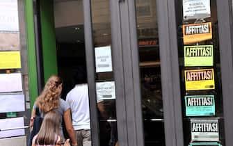 CARTELLI VENDESI E AFFITTASI ALL' ESTERNO DI UN PALAZZO, AFFITASI BOX (MILANO - 2012-09-14, DUILIO PIAGGESI) p.s. la foto e' utilizzabile nel rispetto del contesto in cui e' stata scattata, e senza intento diffamatorio del decoro delle persone rappresentate