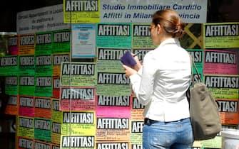 Milano - Affittasi e vendesi - agenzia immobiliare - mercato immobiliare - cartelli di vendita e affitto case