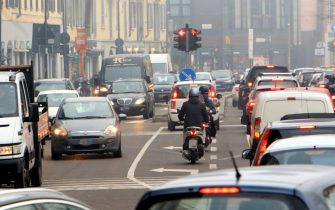 Smog e traffico a Milano, 19 gennaio 2021. ANSA / PAOLO SALMOIRAGO