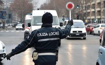 La polizia municipale controlla gli automobilisti per il blocco delle auto euro 5 e veicoli commerciali euro 4 per l alto livello di smog a Torino, 22 gennaio 2021 ANSA/ALESSANDRO DI MARCO