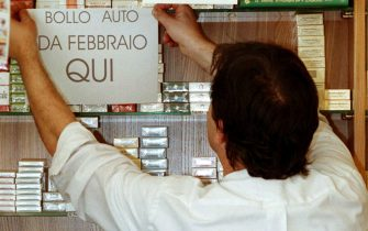 Il titolare di una rivendita di tabacchi dove e' possibile pagare il bollo auto. ANSA/ FRANCO SILVI