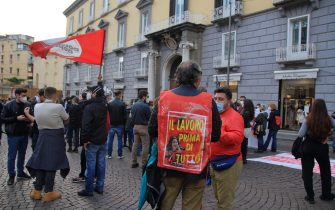 Organized by Laboratorio Politico Iskra, Movimento di Lotta -Disoccupati 7 November, SI Cobas Napoli, and other acronyms in Piazza dei Martiri, a discussion meeting was held in front of the Confindustria headquarters.The continuing health crisis is causing widespread impoverishment and worsening living conditions for millions of people worldwide. In Italy, since the beginning of the pandemic, the policies of the Conte Government have all been directed to the protection of the interests of Confindustria and large companies. At the end of the meeting there were riots between the police forces an