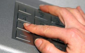 Un momento di un prelievo di denaro contante a uno sportello bancomat, Roma 10 gennaio 2012. ANSA / ALESSIO TARALLETTO