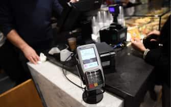 Un pos per i pagamenti con bancomat e carta di credito
