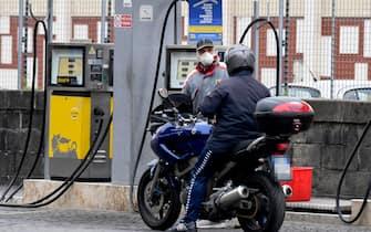 Un gestore di un distributore di benzina in attesa di clienti a Napoli, 25 marzo 2020. Il ministro dello Sviluppo economico, Stefano Patuanelli, ha convocato una conference call con i presidenti delle associazioni di categoria dei distributori di carburanti per scongiurare lo sciopero annunciato. ANSA / CIRO  FUSCO